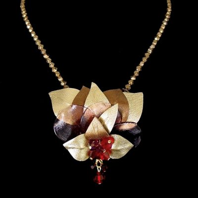 Pendentif fleur cuir et cristal © Sylune Créations